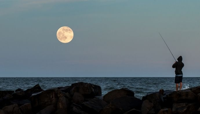 how does the moon affect fishing